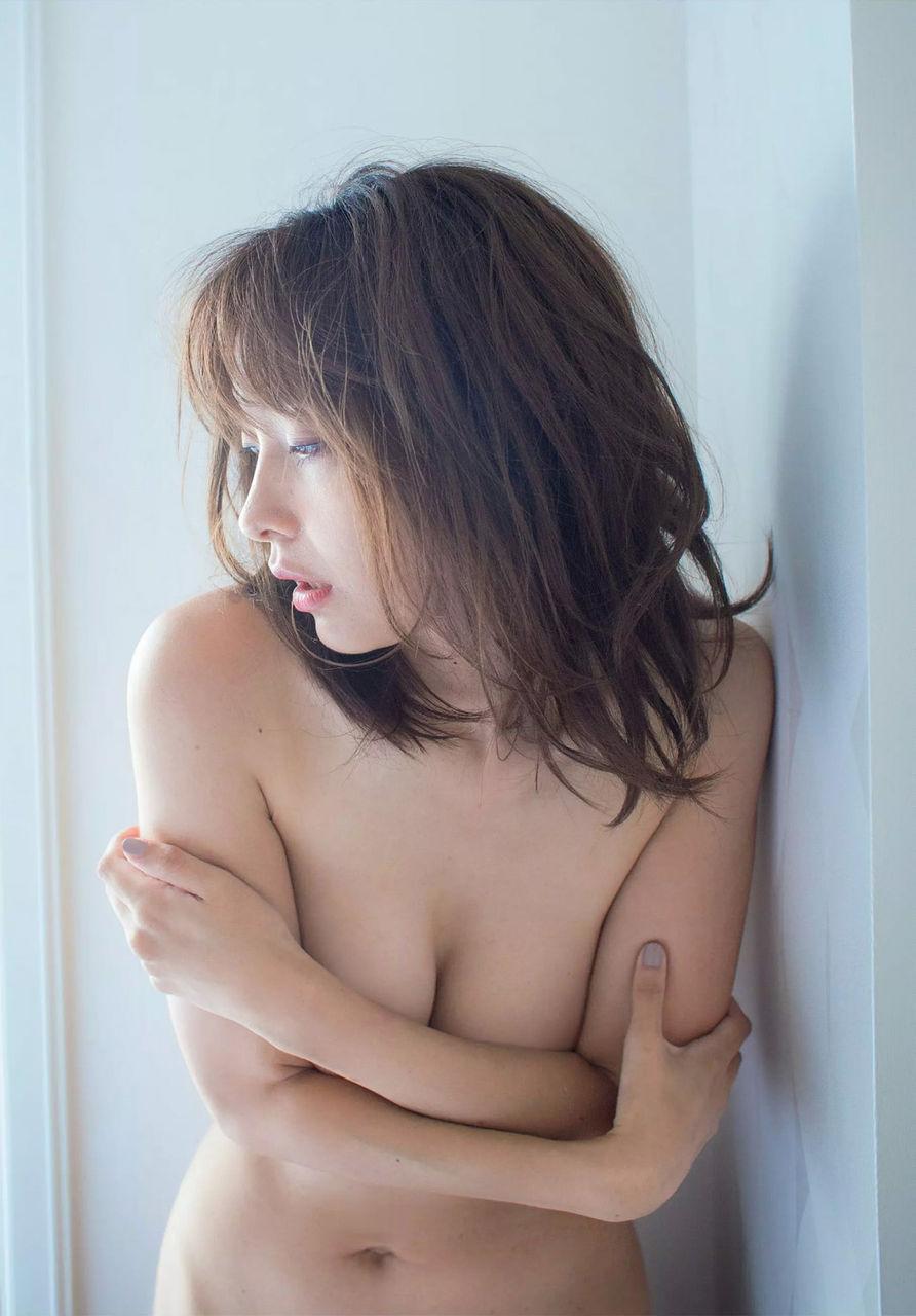 山崎真実(32)過激手ブラのセミヌードグラビアがクッソ抜けるww【エロ画像】
