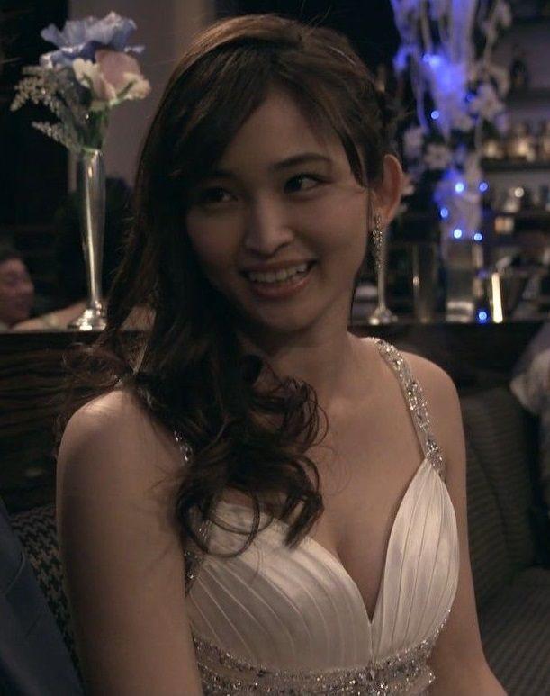 岡本玲(23)がキャバ嬢役で谷間披露www玲ちゃんに抱きつく松也が許せんwww【エロ画像】