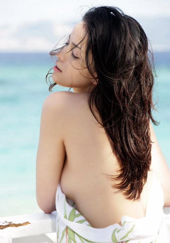 知念里奈(37)孕んだした新妻の過去のセミ裸がぐうシコ!!【エロ画像】
