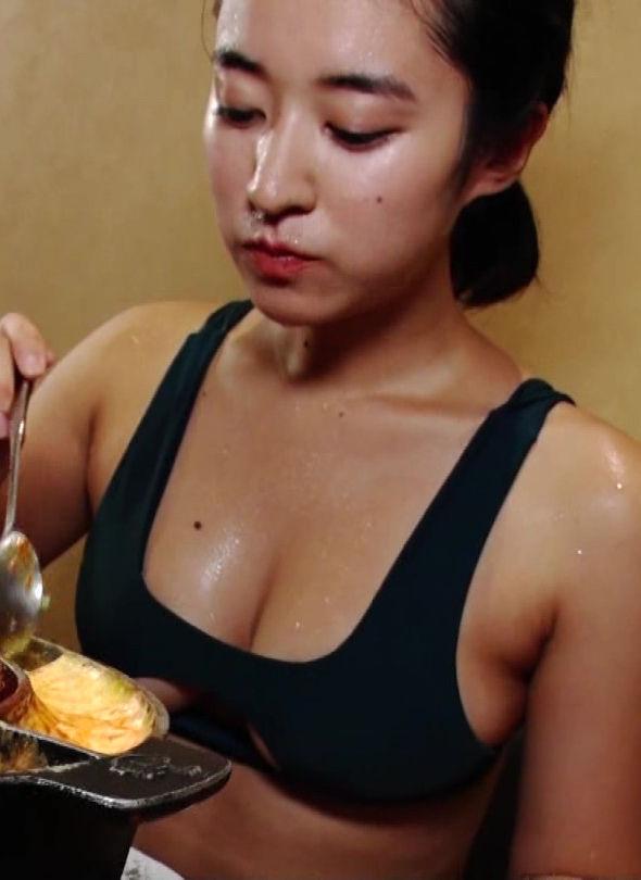 グラビアグラビアアイドル愛生(22)の汗だくがエろいモロ乳食レポエロキャプ。。【エロ画像】