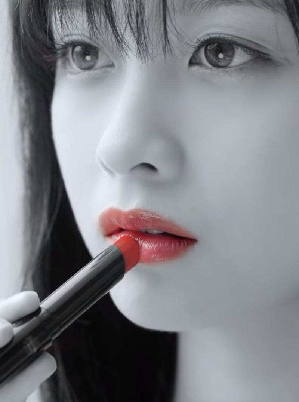 橋本環奈(19)のモノクロに赤い口紅ショットがセクシーww【エロ画像】