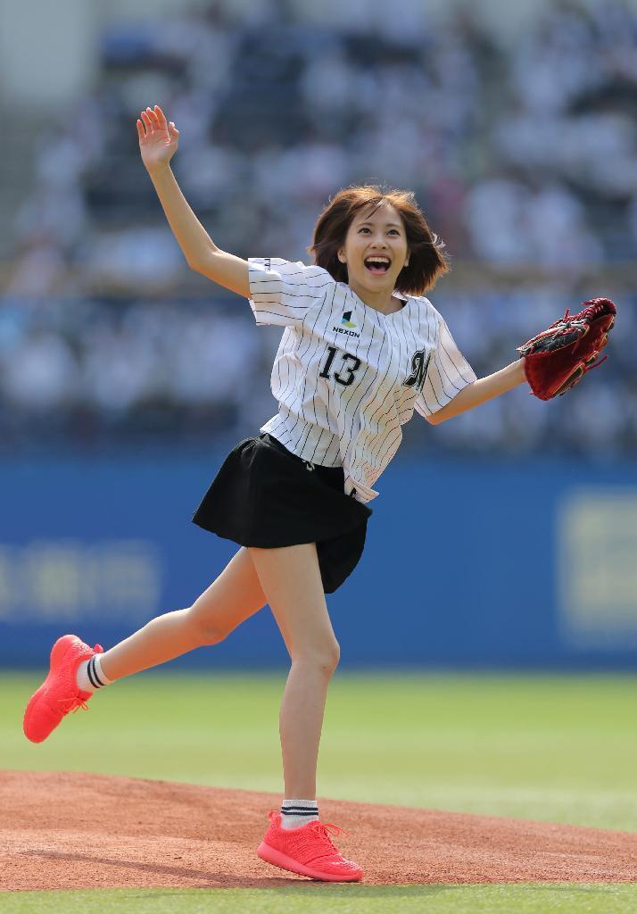 佐野ひなこ(21)のミニスカ始球式がエロい!太ももがムチムチ!