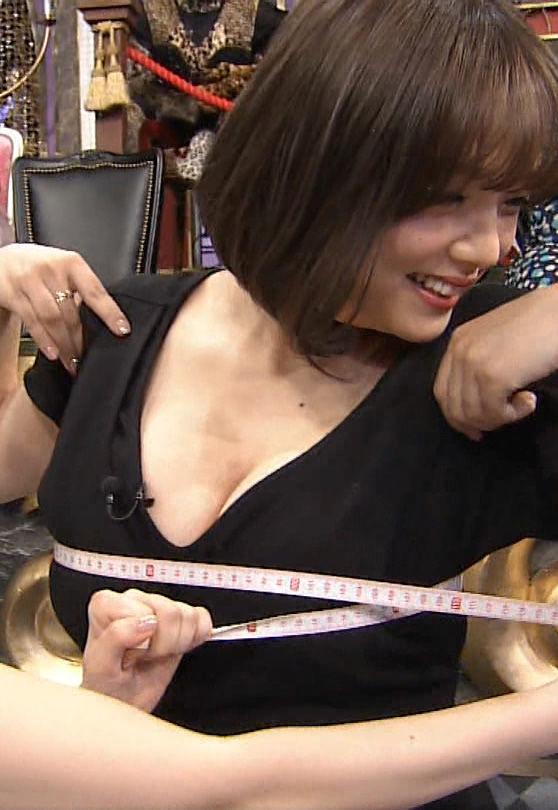篠崎愛(25)Gカップ乳を指原にモミまくられてる豚キムチさんwwww(えろ写真)