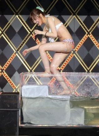 指原莉乃(24)熱湯風呂で生着替えでドすけべミズ着姿を披露wwww(えろ写真)