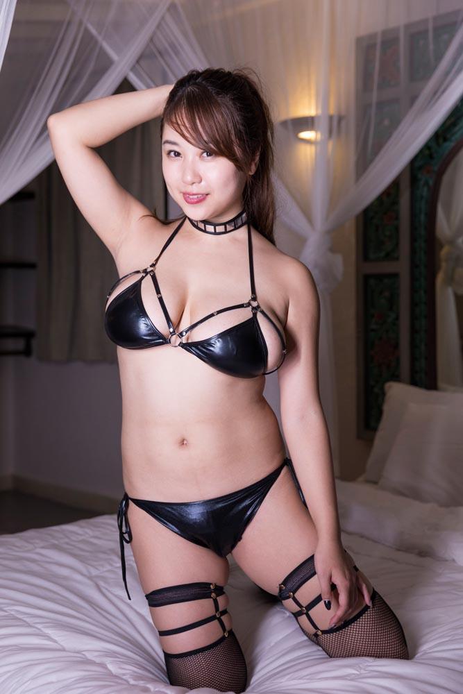 西田麻衣(28)ムッチリ巨乳ボディを変態水着で披露ww【エロ画像】