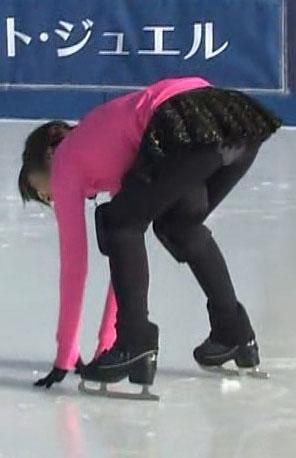 滝菜月アナ(24)スケートレッスンで白はみパン披露!!!!【エロ画像】