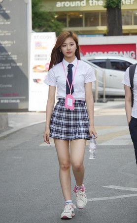 台湾アイドル・周子瑜(17)がエロ可愛い!美脚とへそがたまらん!