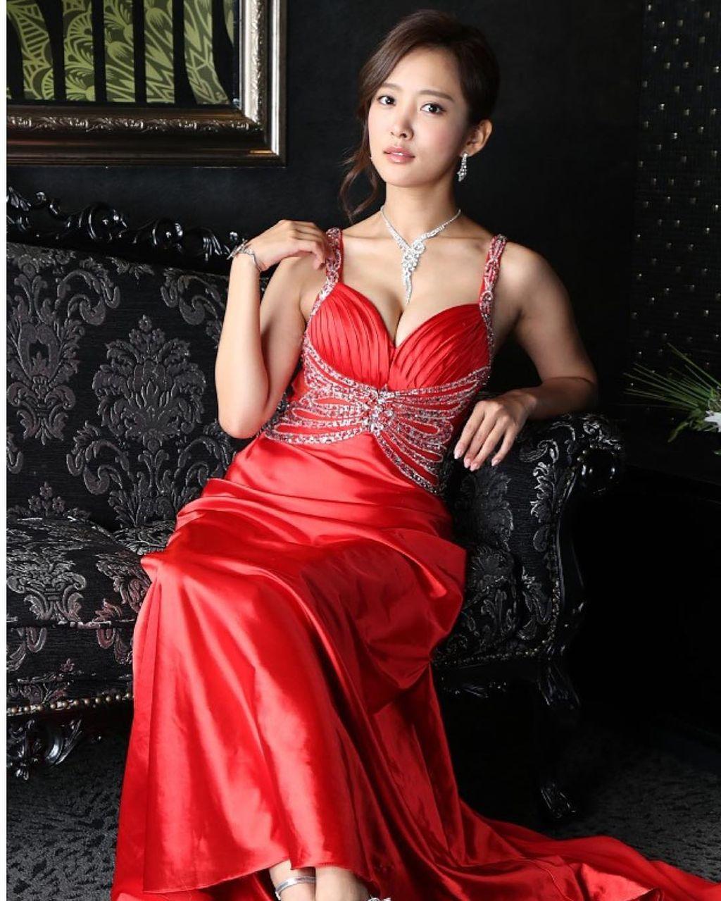夏菜(28)きゃば嬢ドレス姿のFカップ谷間がぐうシコwwww(えろ写真)