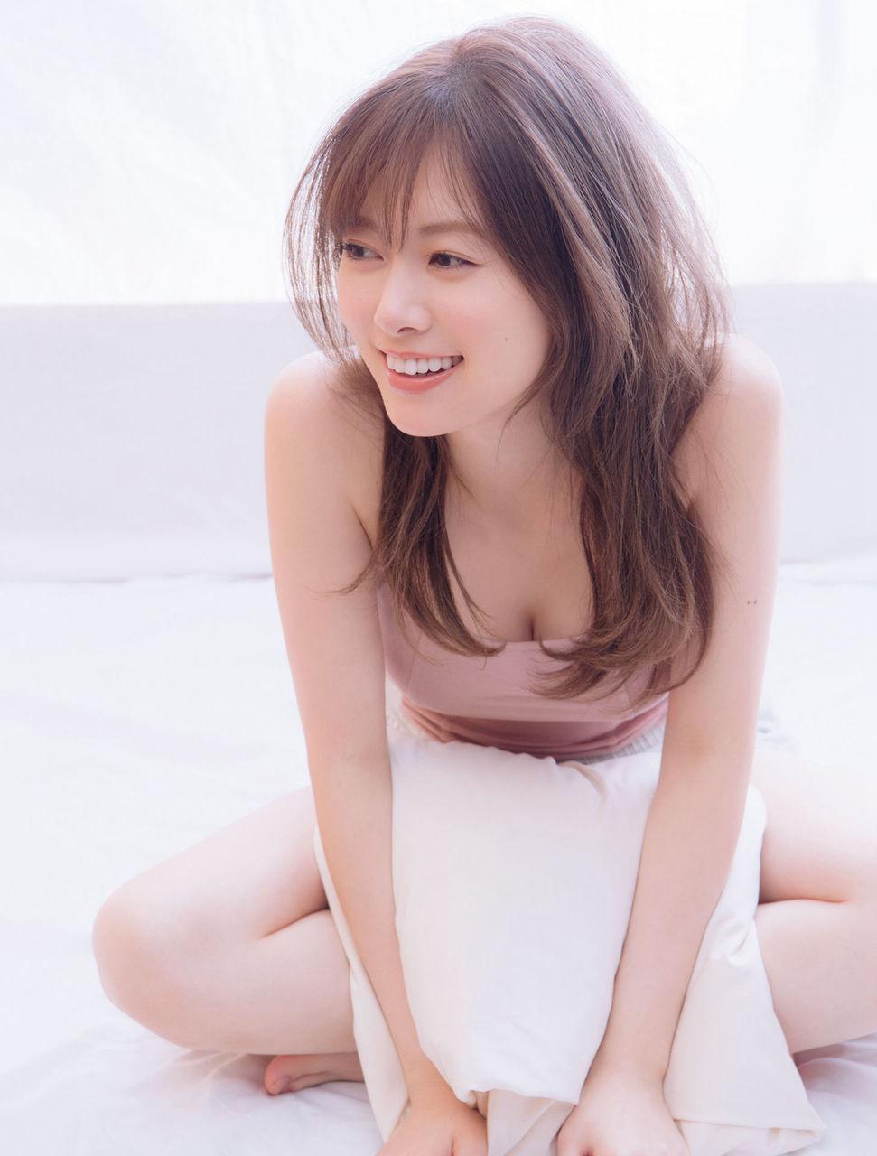 白石麻衣(25)谷間チラリの女神の最新グラビアがぐうシコ☆☆【エロ画像】