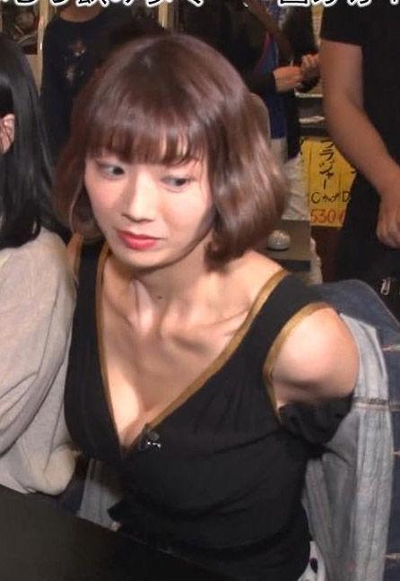 相澤仁美(35)がIからEカップにサイズダウンした胸チラを久々披露!!【エロ画像】