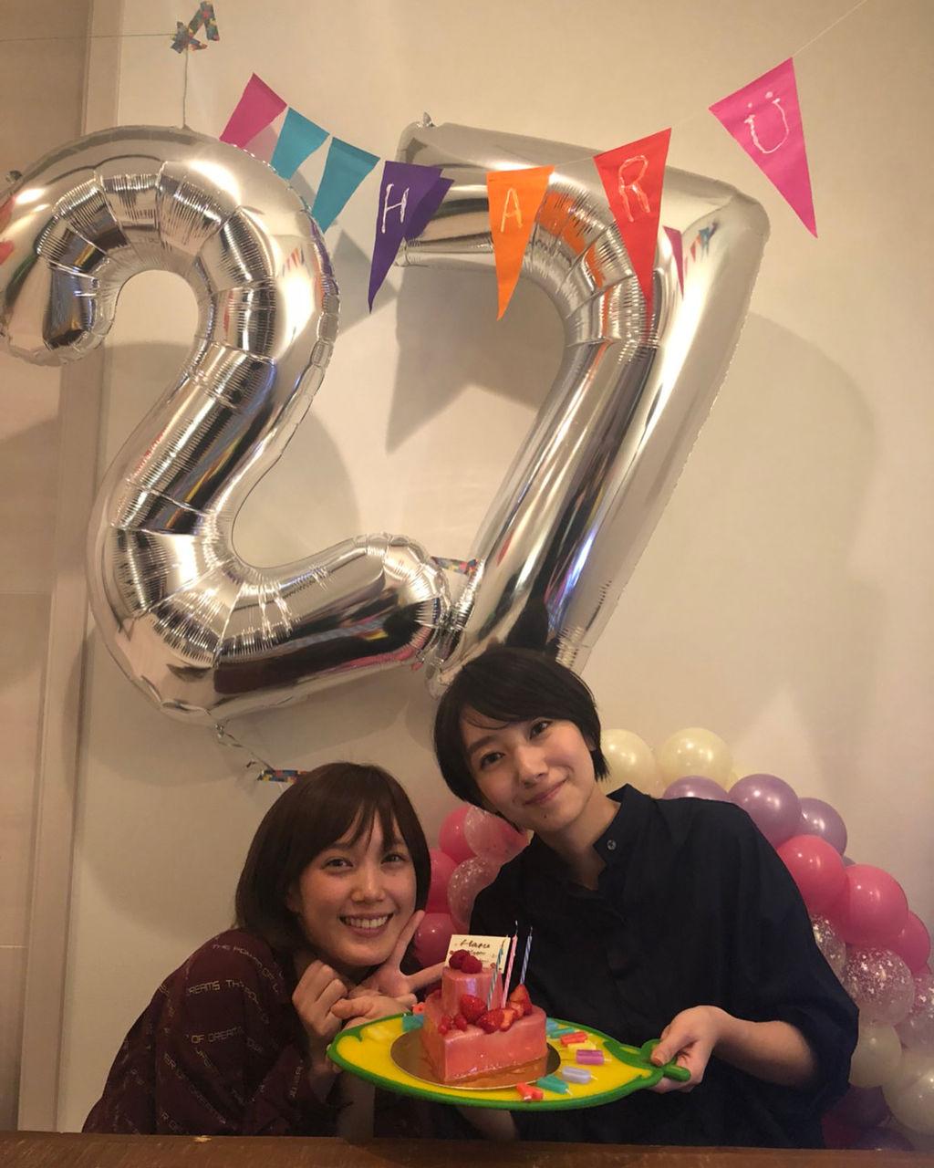 ショートヘアの27歳になった波瑠、本田翼とのお祝い2ショットが超綺麗!!