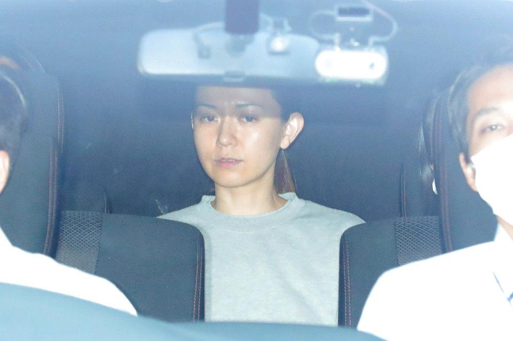 小嶺麗奈容疑者送検、グレーの服を着てうつろな表情
