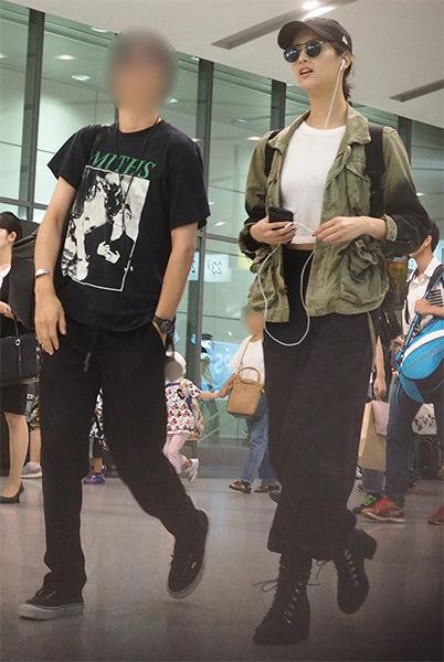 【芸能】菜々緒、綾野剛似長身イケメンと仲良く新幹線2ショット写真