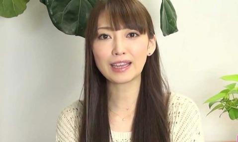 飯田圭織、ハットグの食べ歩き写真に批判殺到!