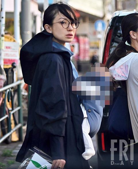 菅野美穂さん、子供を抱いてお買い物、仕事セーブで育児に専念