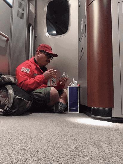 【炎上を煽るスタイル】クロちゃん、新幹線のデッキに座りこむ姿で大炎上wwwww