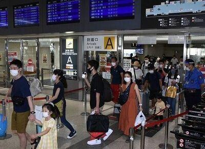 【GoTo沖縄】那覇空港、家族連れや観光客続々 玉城デニー知事「慎重に判断して」