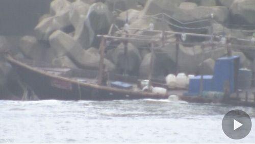 【証拠隠滅!?】漂着の北朝鮮漁船消える…秋田県警24時間監視中の怪