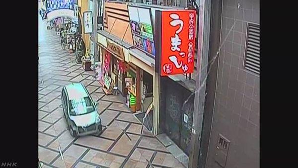 【奈良 商店街暴走】軽乗用車、警察官の姿見て逃走しパトカー追跡=奇跡的に負傷者なし