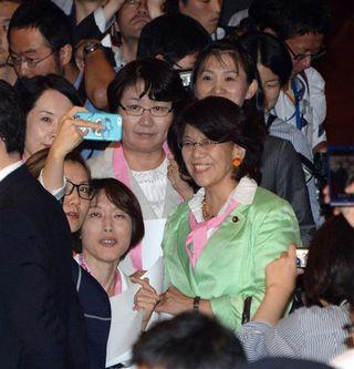 【税金泥棒】暴力野党、鴻池祥肇委員長を監禁 共産、民主の女性議員は記念撮影=安保法案