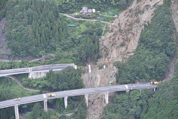 【西日本豪雨】高速、47カ所でのり面や橋崩落 物流影響、コンビニ休止相次ぐ