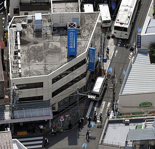 【東京杉並】西武信用金庫に強盗、支店長殴り1100万円強奪=バール男逃走中