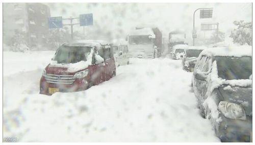 【福井】大雪で車1000台立ち往生 自衛隊に災害派遣要請=37年ぶり大雪