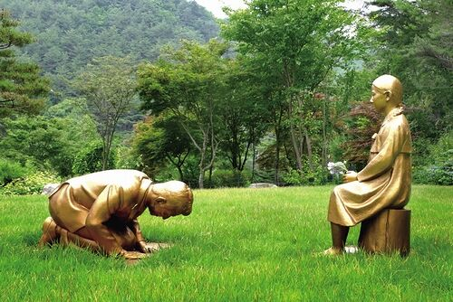 【永遠の贖罪】安倍首相、韓国で少女像に土下座する銅像に…永遠のゆすりたかり