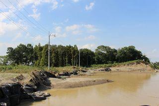 【常総・鬼怒川氾濫】専門家「丘陵地掘削で水害広範囲の可能性」 150メートルにわたり自然堤防破壊=「ドローン」で調査