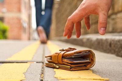 【悲報】ピンクのジャージーが決め手、拾った財布のカードスタバで利用、無職の女逮捕