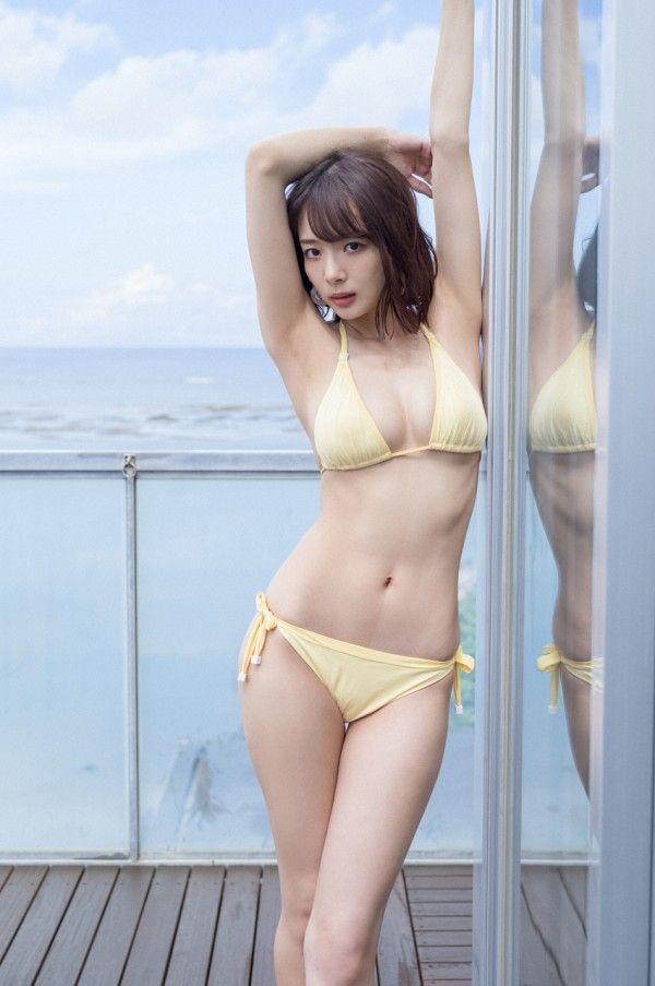 岡田紗佳のスカートの中から見えるモッコリエロ股間