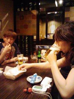 ポップコーンをむさぼり食いつつビールを飲む。