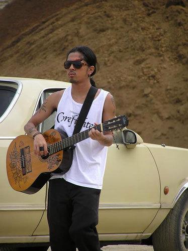 ギターを弾く降谷建志