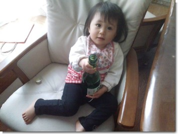 酒を勧める娘