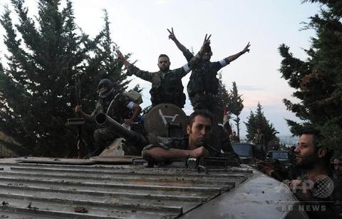 ロシア援護の下進軍するシリア政府軍 AFP