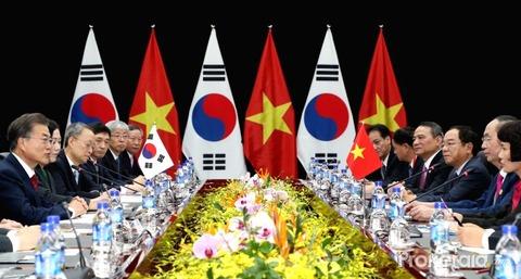 south-korean-president-moon-jae-in-far-l-holds-611551