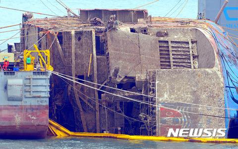 【韓国】セウォル号、無残な姿あらわ 水面上13mまで引き上げ