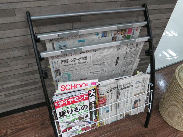 ラックの新聞、雑誌には、緑や黄色の付箋が。