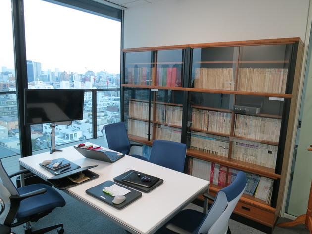 会議室もありました。キレイで景色もいいんですが、すごいのがこの本棚。
