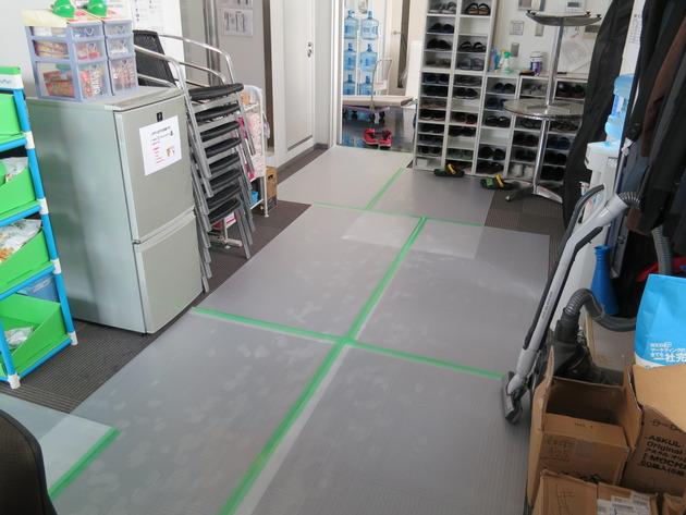 撮影機材搬入のため床まで丁寧に養生してくれました。社内土足厳禁だったからでしょうか。