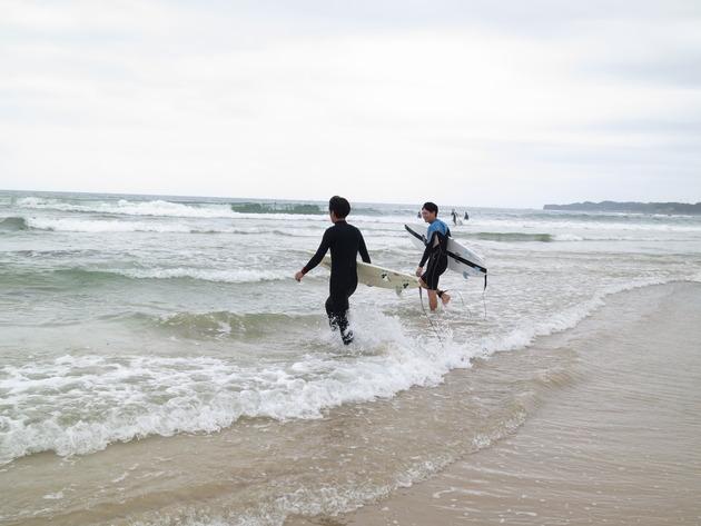 さあ、いざ do surfing !! 平日なので海も空いていますね。