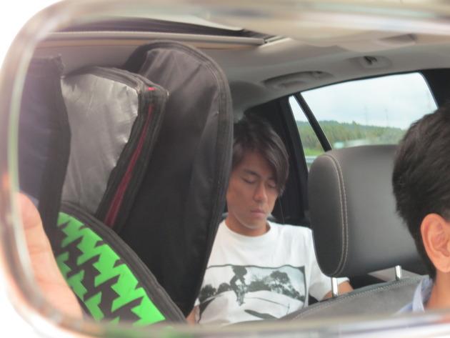 9時過ぎに都内を出発。後部座席争奪戦に勝利したイケメン営業マンは、コンディション調整のため仮眠をとっていました。