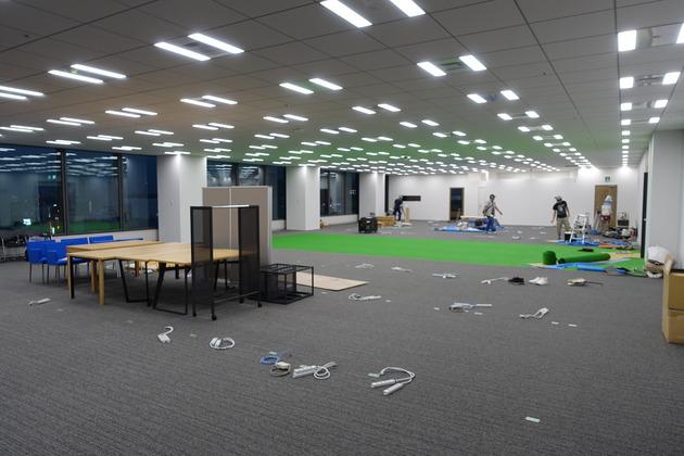新宿移転から2年。内装工事の様子やオフィス内サッカーコートが消滅するまで。
