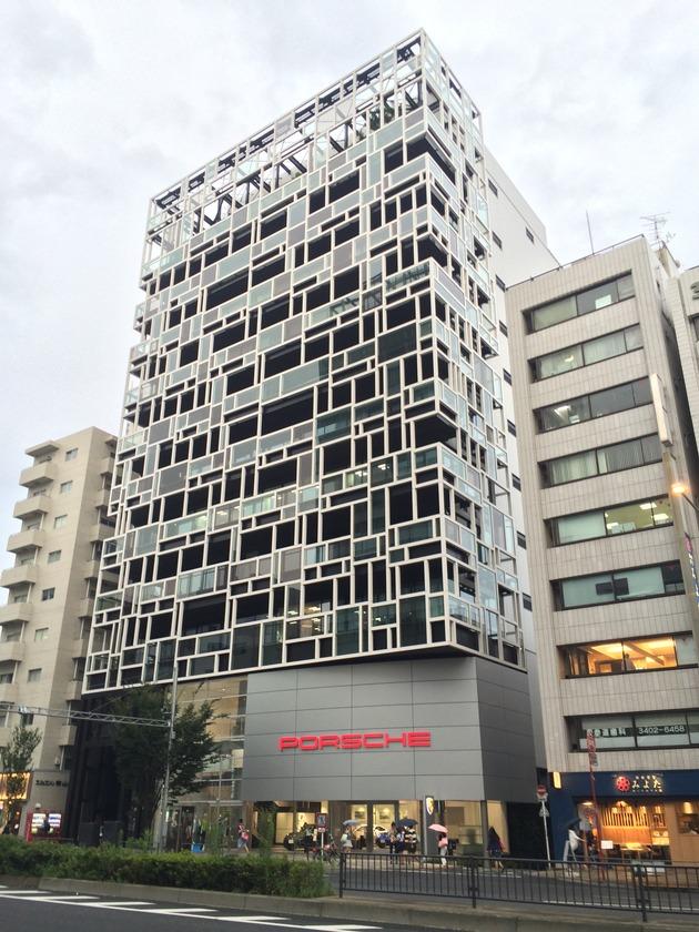 表参道駅A4出口から徒歩3分程。青山通り(国道246号)を赤坂方面に進むと右側に一際異彩を放つビルが見えてきます。