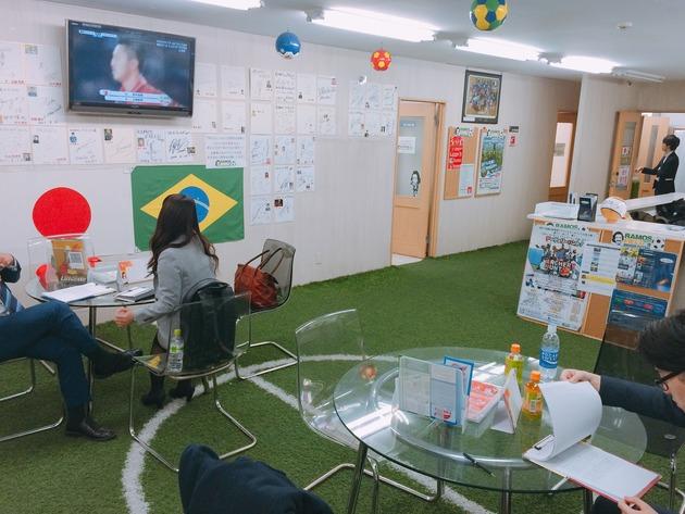 床がサッカーコートだったり(弊社と同じですね)、壁一面がサッカー選手のサイン色紙で埋め尽くされていたり、テレビにはレアルマドリードvs鹿島アントラーズが流れていたり、到着直後から大興奮でした