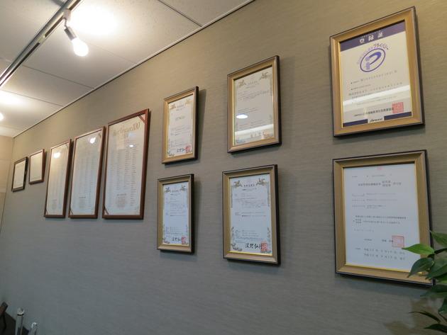 会議室に向かう通路には様々な賞状が。