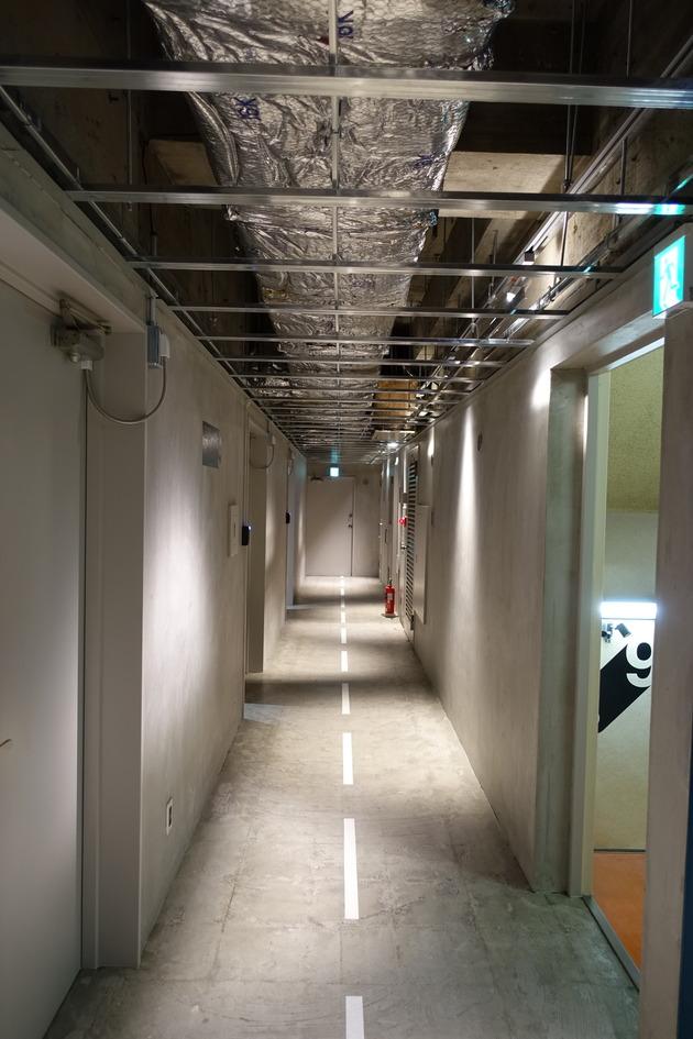 メインとなる廊下は近未来的な感じのデザイン