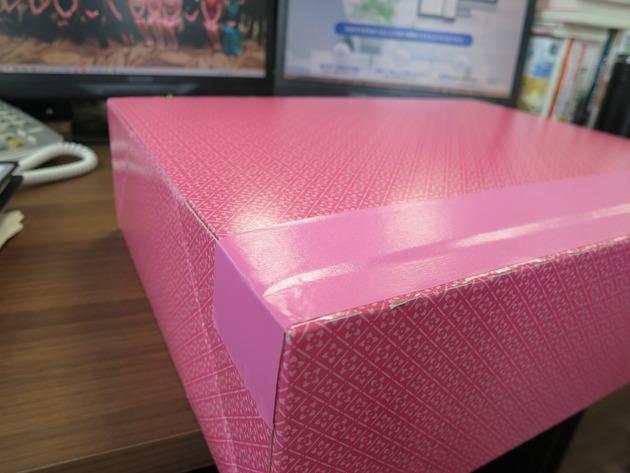 女性が好きそうな可愛らしい色とデザインの箱