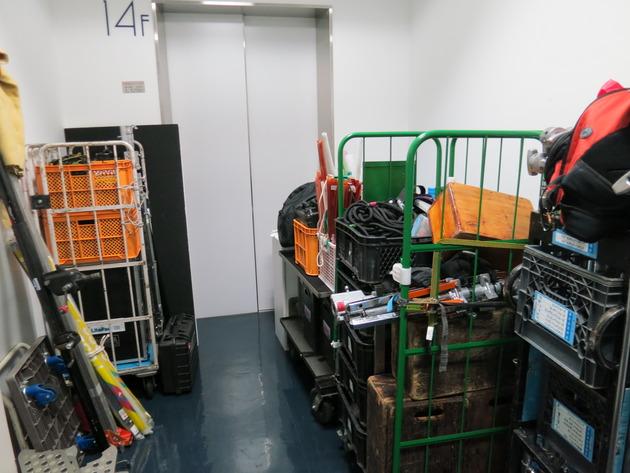裏口の業者用エレベーターホールが撮影機材で埋まる。