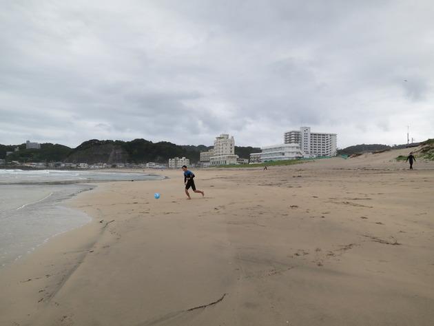 ウォーミングアップも兼ねて軽くビーチサッカーを。